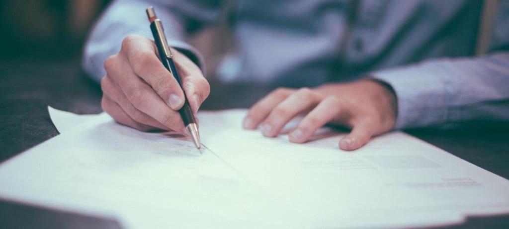 Persona firmando un Contrato de franquicia